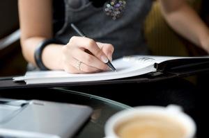 businesswoman writing1 - El Entrenador de Vida, un aliado